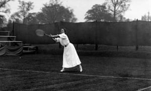 May Sutton Bundy, the first US player to win the Wimbledon ladies' singles title, pictured in action in 1907.