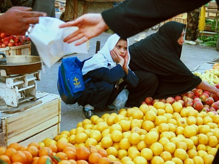 A Iranian woman buys fruit as a girl looks on in Ahwaz, capital of  the Khuzestan province. Archive.