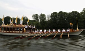 Gloriana carries Olympic torch to the Olympic stadium