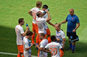 sport: Dutch players drink prior to a Round of