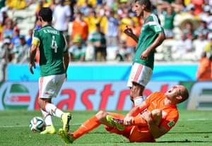 sport-: Netherlands' forward Arjen Robben (R) re