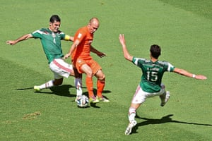 sport-: Netherlands' forward Arjen Robben (C) is