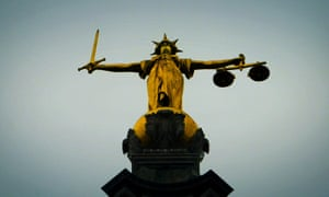 正义的雕像矗立在伦敦老贝利之上