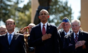 Barack Obama (C) and the French president, Francois Hollande (L), stand with veterans in Normandy