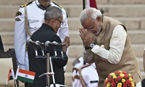 India's President Pranab Mukherjee (l) greets the new prime minister, Narendra Modi