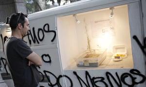Chile artist burns studetn debt