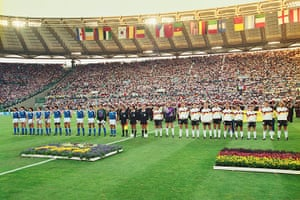 1990 world cup final: teams line up