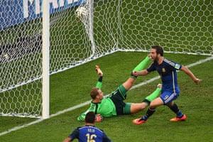 sport...: Argentina's forward Gonzalo Higuain (R)
