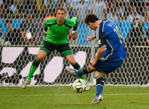 sport-: Argentina's forward Lionel Messi (R) kic