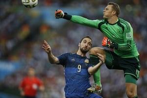 sport-: Argentina's forward Gonzalo Higuain (L)