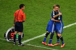 footy: Argentina's forward Gonzalo Higuain (R)