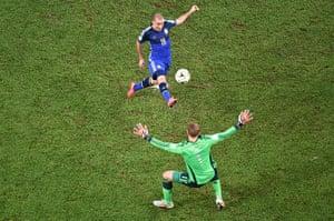 footy: Germany's goalkeeper Manuel Neuer (R) pr