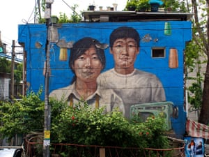 11 Hyehwa (Iwhajang) – Murals adorn the alleys and sides of buildings in Ihwa-dong, on the slopes of Nahk Mountain. The public art project has turned this old school neighborhood into a minor tourist attraction.
