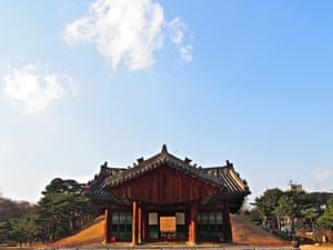 21 Seolleung (Seolleung) – The Seolleung royal Joseon tombs originally existed well outside the capital, but the city's expansion quickly turned farmland into skyscrapers and swallowed them up, leaving them a green oasis in what is today the city's famous Gangnam district.