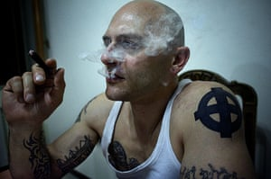 Weekend - Skinheads : man with shaved head and tattoos smoking in flat