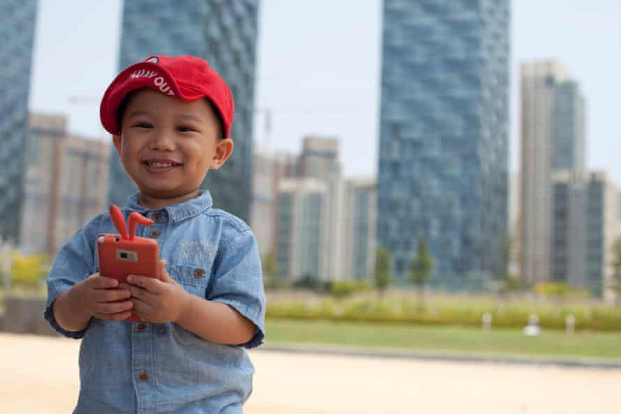 A child plays with a smartphone in Songdo's Central Park.