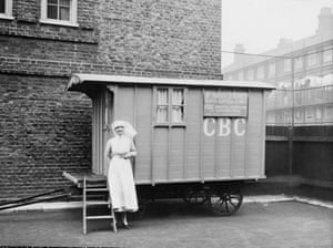 Marie Stopes birth control clinic in caravan, with nurse, late 1920s