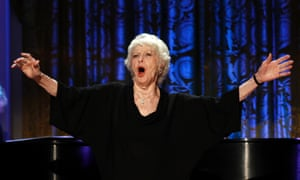 "Actress Elaine Stritch performs during a ""A Broadway Celebration: In Performance at the White House"" in Washington, DC, in July 19, 2010"