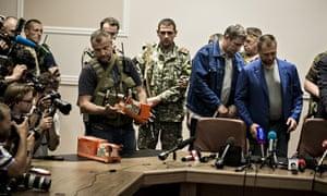 Ukraine rebels hand over MH17's black boxes