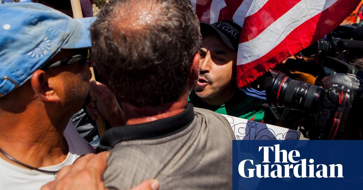 California protesters block migrants en route to Border