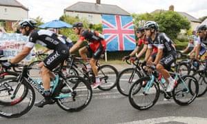 The peloton passes through Bannister Green.