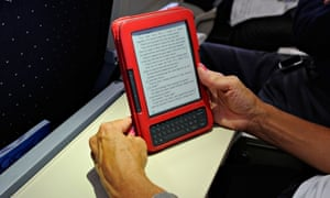 A travellerr reading a Kindle