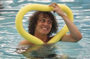 weird sport: Luiz swimming