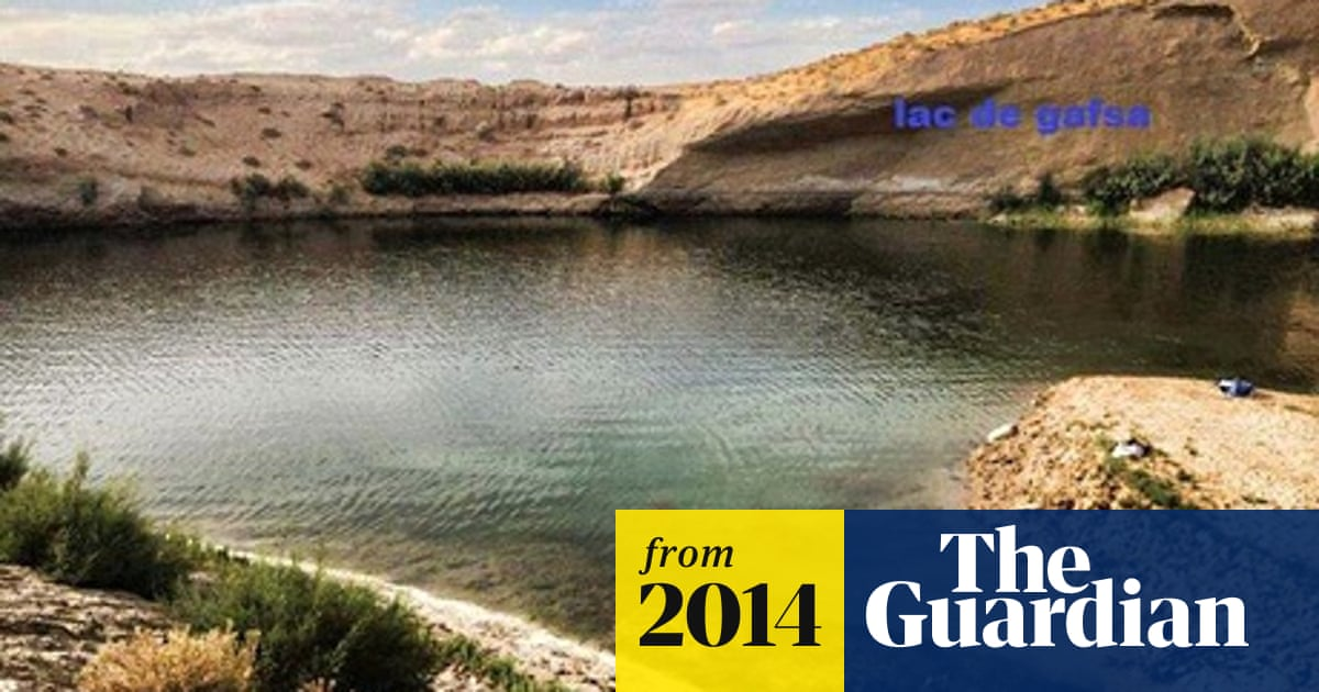 Mysterious lake in Tunisian desert turns from turquoise to green