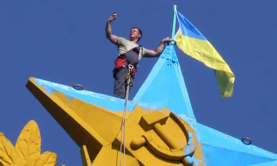Commuters saw a Ukrainian flag flying at the top of the Kotelnicheskaya Embankment building in Moscow, Russia this morning.