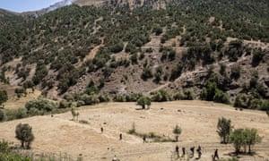 People flee from Isis militants in Roboski, North Kurdistan.