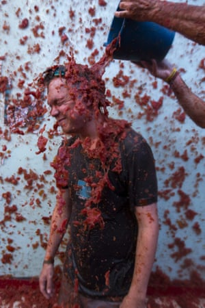 The tomato bucket challenge – La Tomatina festival