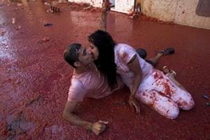 A couple kiss at La Tomatina