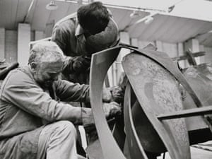 Anthony Caro works with his studio  assistant, 1989