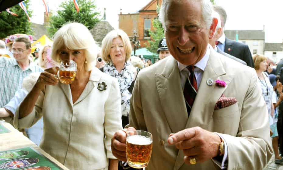 Prince Charles and Camilla enjoying an utepils