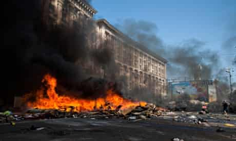 Maidan protesters set tyres on fire over decision to remove barricades