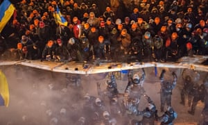 Riot police storm anti-government barricades in Kiev
