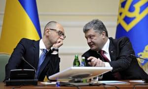 Ukraine's President Petro Poroshenko (r) speaks with the prime minister, Arseniy Yatsenyuk