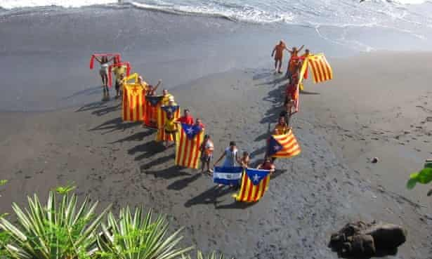 Catalans living in el Salvador are joined by locals in performing a V on El Salvador's seaside, Central America.