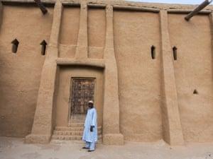 The muezzin of Djingarei-Ber mosque, Mahamane Mahanmoudou.