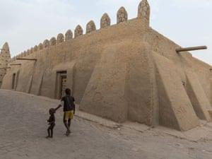 Two boys walk past the Djingarei-Ber mosque.