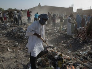 Volunteers clear rubbish close to the Djingarei-Ber mosque.