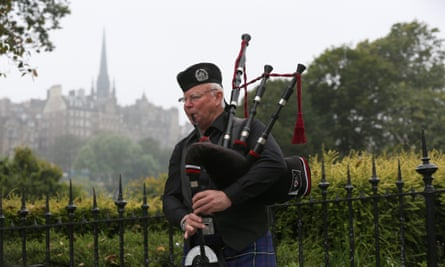 A piper busks in the centre of Edinburgh, Scotland September 12, 2014.The referendum on Scottish independence will take place on September 18, when Scotland will vote whether or not to end the 307-year-old union with the rest of the United Kingdom.