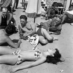 In 1953 she appeared alongside Kirk Douglas in Un Acte D'amour (Act of Love). Here she is on the beach at with him during the 6th International Cannes film festival.