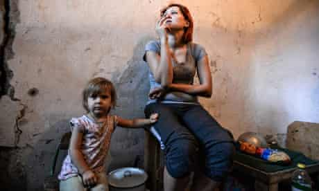Ukraine: mother and child in a bomb shelter