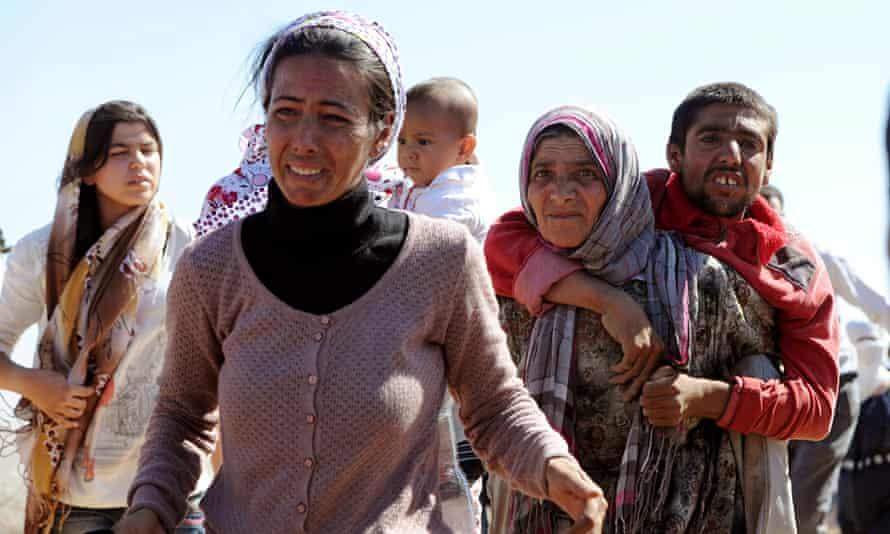 Syrian Kurds fleeing Isis cross into Turkey