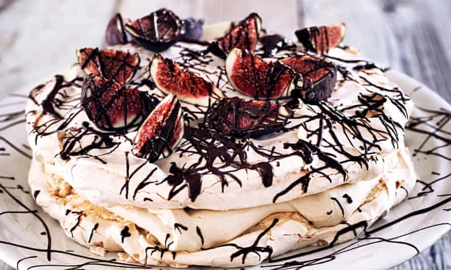 Jens Jorgen Thorsen meringue topped with figs and chocolate