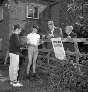 Anthony Agutter, 14, right, and friend Richard Mackenzie, 13, both of Oxford, receive the first tickets to view Leatherslade Farm after they had paid their shillings. The farm, which is owned by Bernard Rixon and has been opened to sightseers at half-a-crown for adults and a shilling for children, was used by the Great Train Robbers as headquarters from which they raided the Glasgow-Euston mail train at Cheddington, near Buckinghamshire. 28/08/1963.