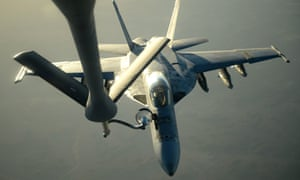 A US Navy F-18E Super Hornet receives fuel from a KC-135 Stratotanker