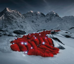60 Mammut employees, from interns to vice presidents, settled in at 2,700 metres altitude, surrounded by ice, wind and snow, to test Mammut's newest sleeping bags