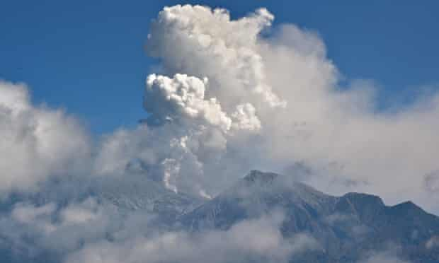 Cloud of volcanic ash rises from Mount Ontake